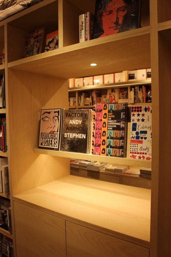 貼心的設計!因為藝術書大多很重,所以特製的書架,可以將書拿下來放到平台上易於翻閱試讀。